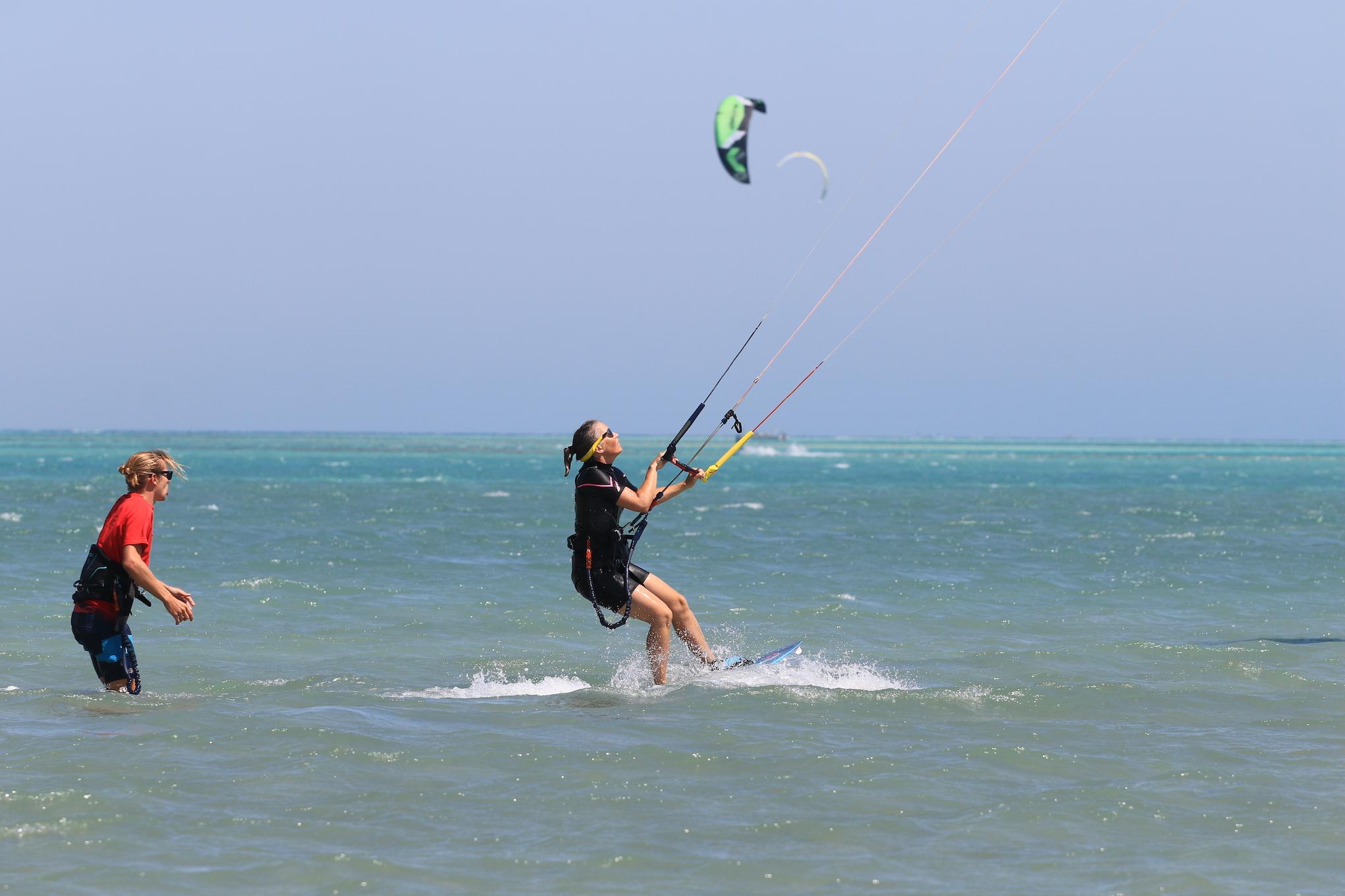 privat lernen kiten kite blau flach wasser rotes meer shallow water Red Sea in el gouna